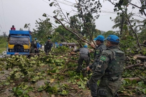 Brazilian Marines with the UN Stabilization Mission in Haiti (MINUSTAH) clearing the road to les Cayes, Haiti, after the passage of Hurricane Matthew. Photo: UN MINUSTAH